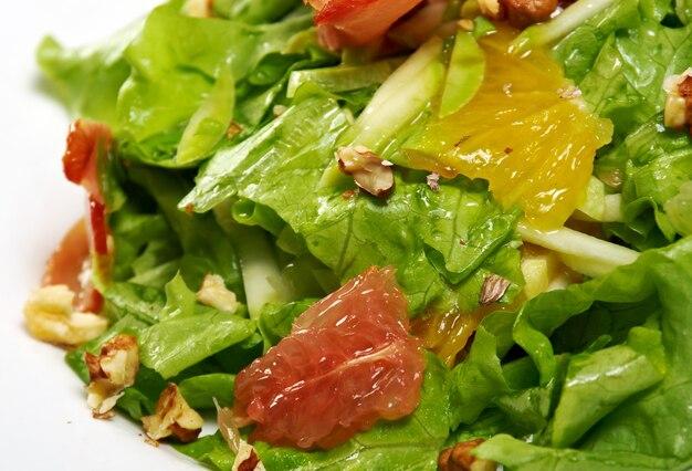 Italiaanse salade met groenten, grapefruit en spek