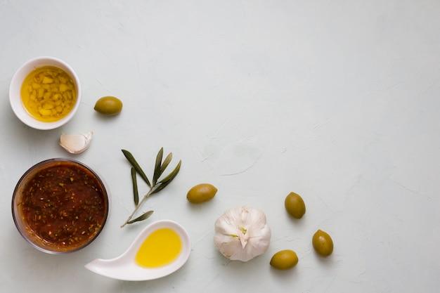 Italiaanse saus met ingrediënten op concrete achtergrond