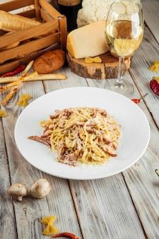 Italiaanse spaghetti carbonara pasta met ham