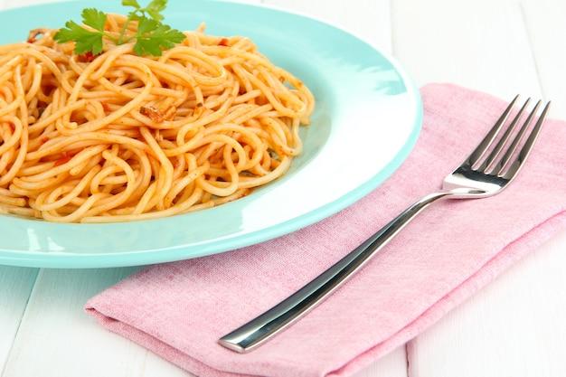 Italiaanse spaghetti in plaat op houten tafel