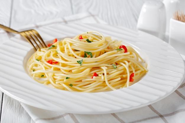 Italiaanse spaghetti met knoflook, chili en olijfolie