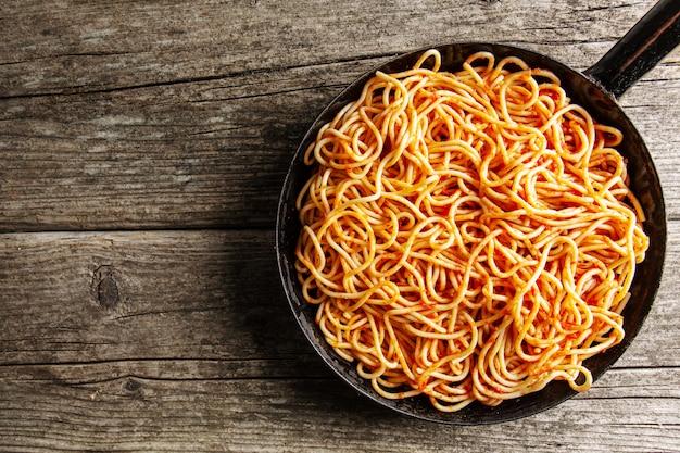 Italiaanse spaghetti met tomatensaus in de pan