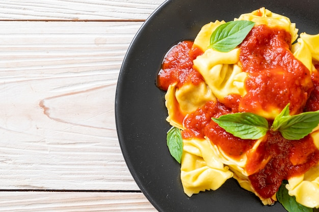 Italiaanse tortellini pasta met tomatensaus