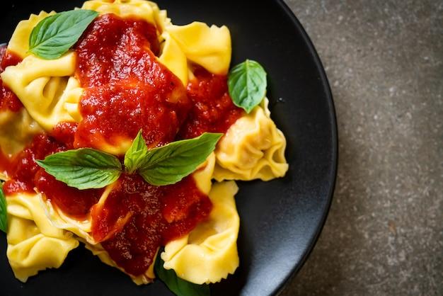 Italiaanse tortellinideegwaren met tomatensaus - italiaanse voedselstijl