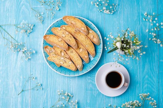 Italiaanse toscaanse traditionele koekjescantuccini met amandelen, een kop van koffie op licht