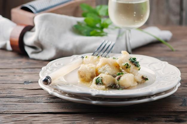 Italiaanse traditionele kabeljauw met ui en peterselie