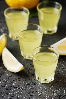 Italiaanse traditionele likeur limoncello met citroen