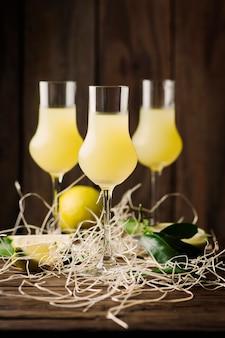Italiaanse traditionele likeur met citroenen op de vintage tafel