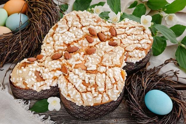 Italiaanse traditionele paascake. colomba in suikerglazuur en met amandelen.
