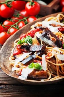 Italiaanse traditionele pasta met alla norma van aubergine
