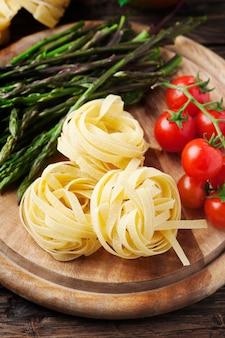 Italiaanse traditionele pasta met rauwe asperges