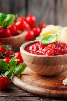 Italiaanse traditionele saus met basilicum en tomaat