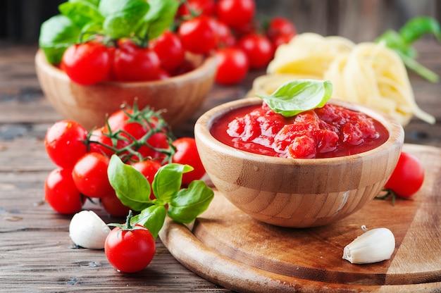 Italiaanse traditionele saus met tomaat en basilicum, selectieve aandacht