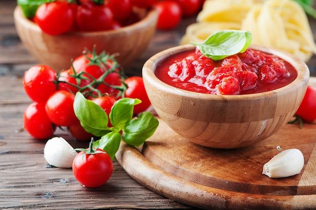 Italiaanse traditionele saus met tomaat en basilicum