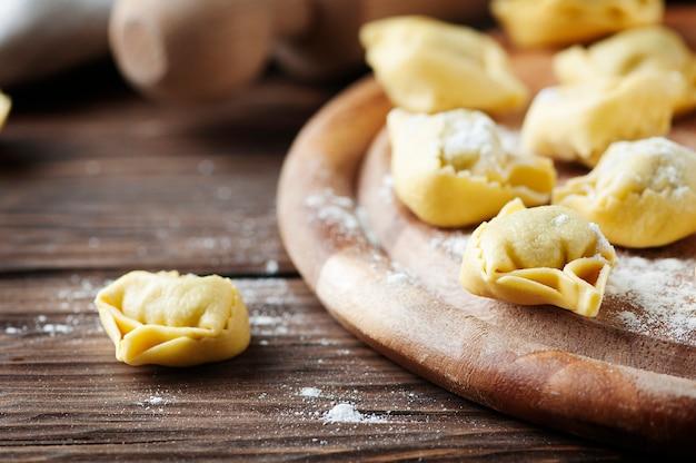 Italiaanse traditionele tortellini op de houten tafel