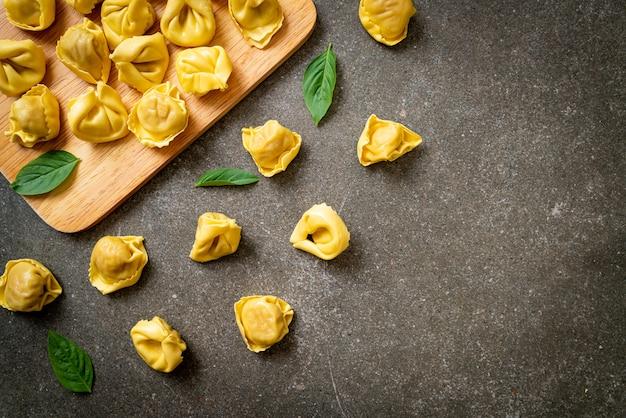 Italiaanse traditionele tortellinideegwaren. italiaanse eetstijl