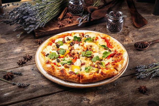 Italiaanse vers gebakken luchtige deeg pizza op de houten tafel