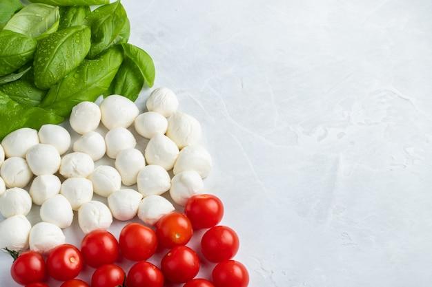 Italiaanse vlag gemaakt met tomaat mozzarella en basilicum.
