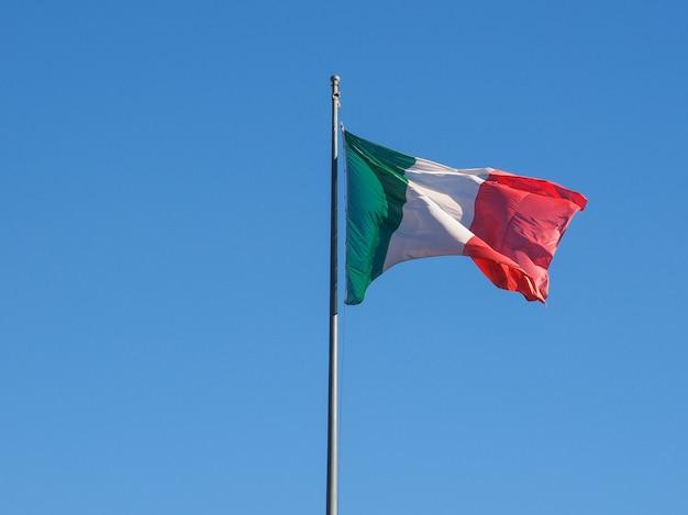 Italiaanse vlag over blauwe hemel