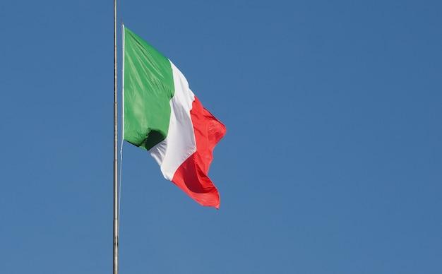 Italiaanse vlag van italië over blauwe hemel