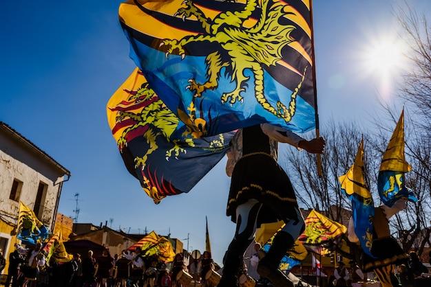 Italiaanse vlaggen-wankelt, sbandieratori, die de traditionele en antieke dans uitvoert door vlaggen te werpen