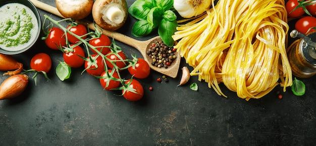 Italiaanse voedselachtergrond op dark