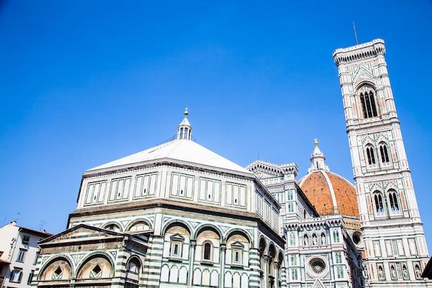 Italië, florence. de beroemde bezienswaardigheid campanile di giotto, dicht bij de duomo di firenze