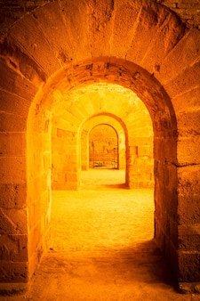 Italië - oud kasteel van syracuse in siciliy. bogen gemaakt van steen in perspectief.