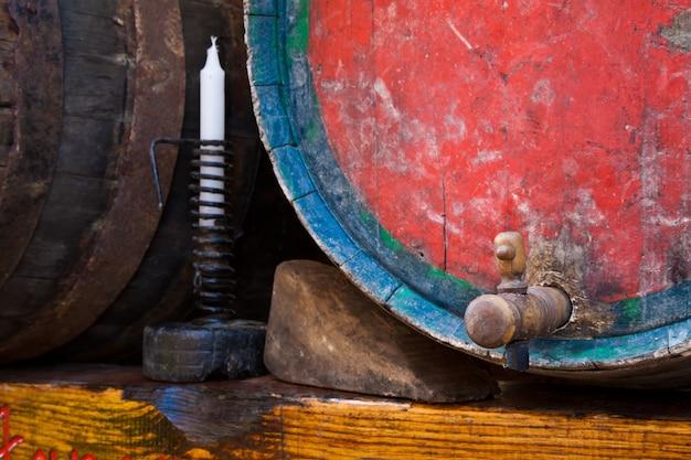 Italië - oude kraan op een vat barbera-wijn, regio piemonte