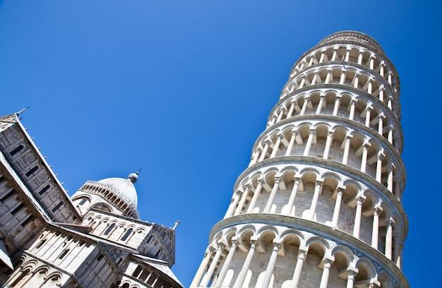 Italië - pisa. de beroemde scheve toren op een perfecte blauwe achtergrond