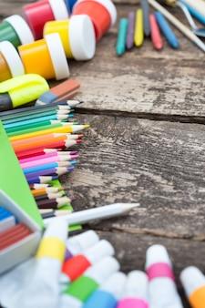 Items voor de creativiteit van kinderen op een houten ondergrond