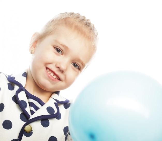 Ittle meisje met blauwe ballonnen