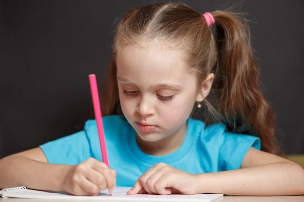 Ittle meisje studeert op school