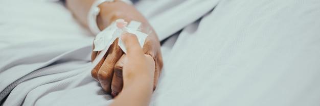 Iv-infuus in de hand van een coronaviruspatiënten met sociale bannersjabloon