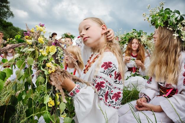 Ivana kupala-nacht, ook bekend als ivan kupala-dag, een slavische viering van oude heidense oorsprong die het einde van de zomerzonnewende en het begin van de oogst markeert - midzomer