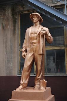Ivanofrankivsk oekraïne 22 augustus 2021 sculptuur van een arbeider op het grondgebied van de oude factor