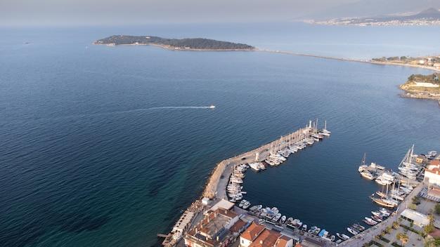 Izmir's urla-district quarantaineblik naar het afgelegen eiland turkije. drone lucht foto. hoge kwaliteit foto