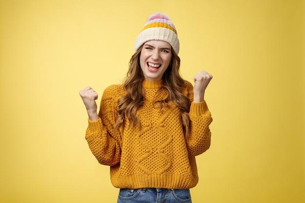 Ja, gelukkig ben ik tevreden volbracht aantrekkelijk vierende jonge vrouw die de loterij wint met ontzag...
