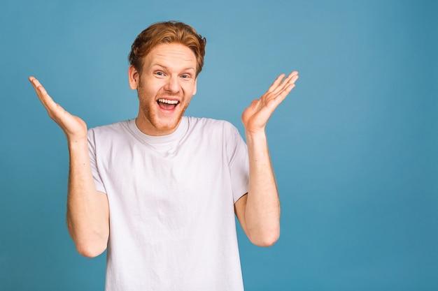 Ja! gelukkige winnaar! gelukkige jonge knappe man die de overwinning viert, gebaren maakt en de mond openhoudt
