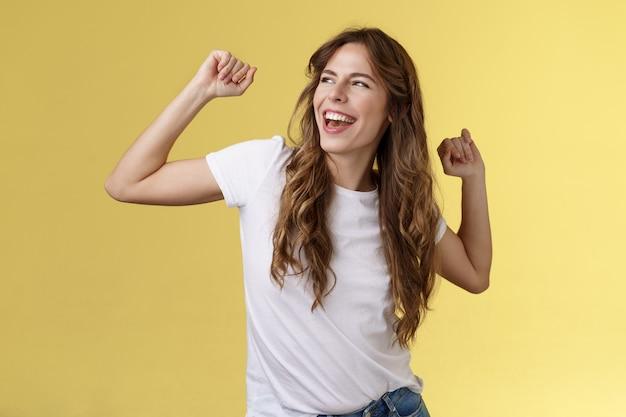 Ja, laat perfecte zomerdagen achter je. gedurfd knap gelukkig charismatische jonge vrouw krullend kapsel blik vertrokken tevreden zorgeloos plezier maken handen omhoog feestelijke overwinning winnend succes