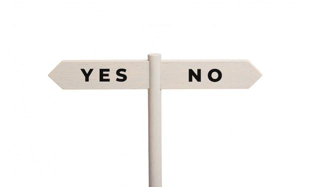 Ja of geen concept. houten tekenpost met tekst die op wit wordt geïsoleerd