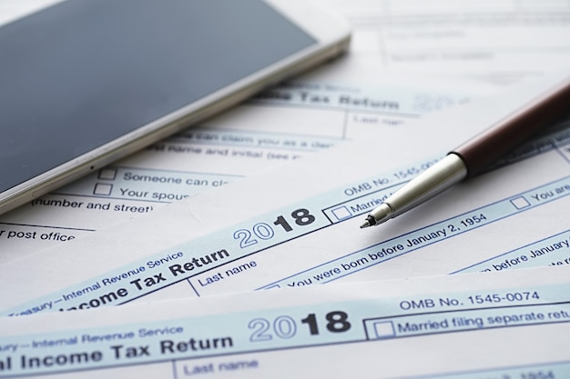 Jaarlijkse belastingaangifte. belastingformulier op tafel. jaarrekeningen voor ondertekening.
