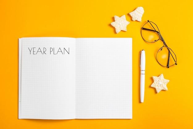 Jaarplan geschreven in een notitieblok met schone bladen