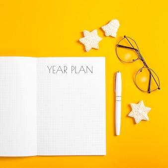 Jaarplan geschreven in een notitieblok met schone sheetsn