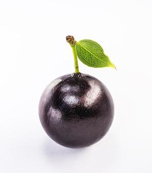 Jabuticaba is een druif afkomstig uit brazilië en latijns-amerika, witte achtergrond.