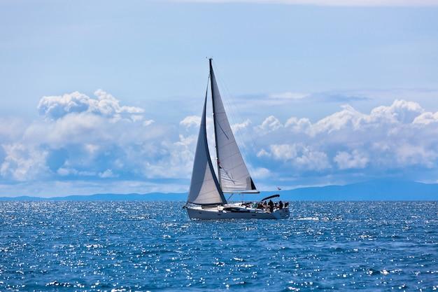 Jacht aan de adriatische zee