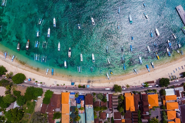 Jacht en toeristische boot op het blauwe zeewater in een tropische lagune in de buurt van de kust