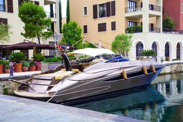 Jacht geparkeerd in de haven montenegro