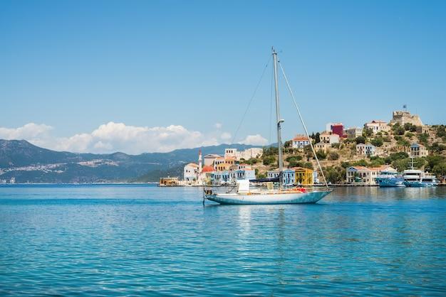 Jacht in baai van kastelorizo-eiland, dodecanese, griekenland