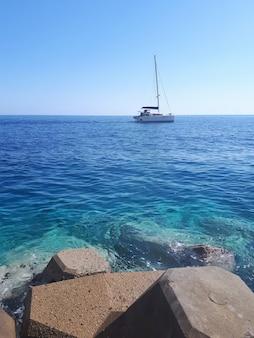 Jacht in de adriatische zee, petrovac, montenegro